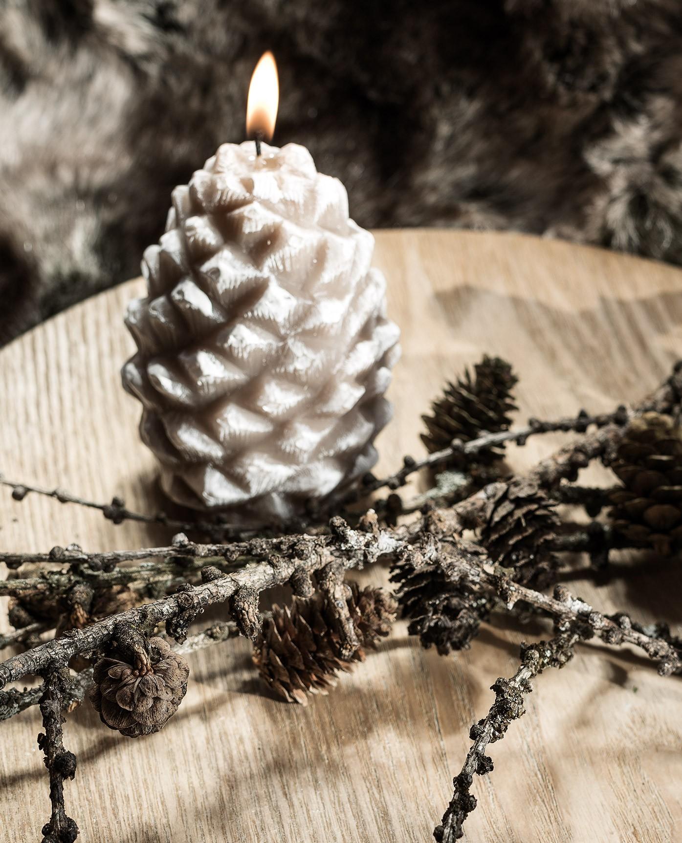 bougie-decorative-patinee-pomme-de-pin-105cm-beige